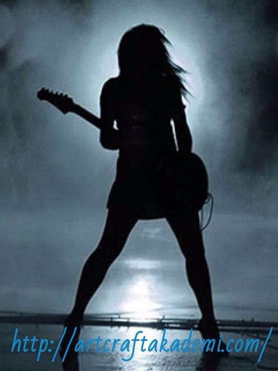 Gitar Çalan Kadın