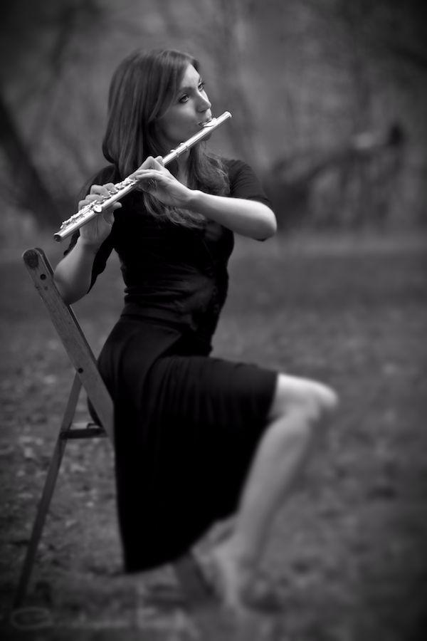 yan flüt çalan kadın
